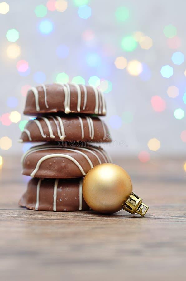 Een stapel van chocolade behandelde koekjes en een gouden overspraakstoring stock afbeelding