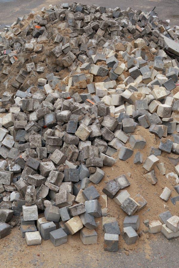 Een stapel van de bouw van bakstenen door de kant van de weg stock fotografie