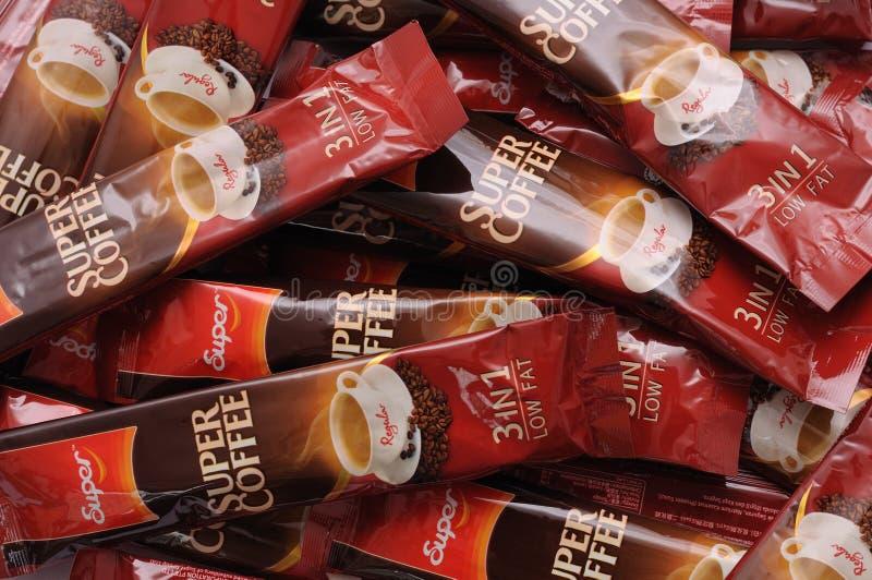 Een stapel van de regelmatige op smaak gebrachte super sachets van de onmiddellijke koffiedrank stock foto