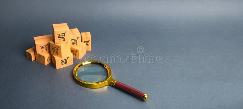 Een stapel van dozen en een vergrootglas Online winkelend, beste aanbieding zoek naar goederen en diensten Volgende pakketten via stock afbeelding