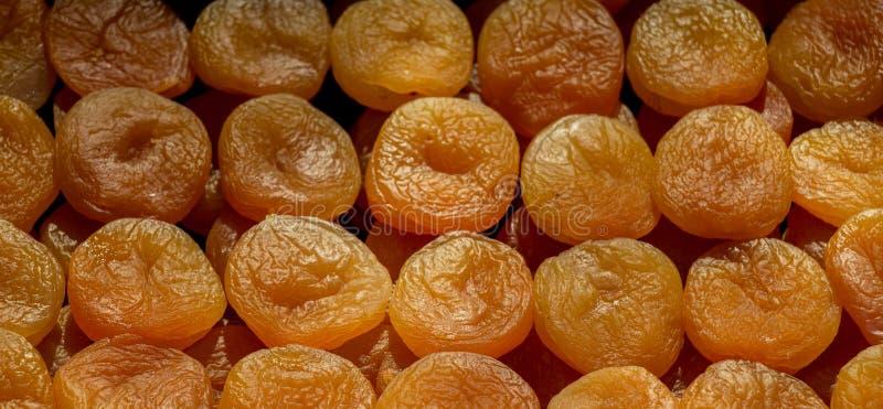 Een stapel van droge abrikozen in stromand stock foto's