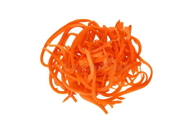 Een stapel van geraspte wortelen op een witte achtergrond isoleer De achtergrond van het voedsel stock afbeelding