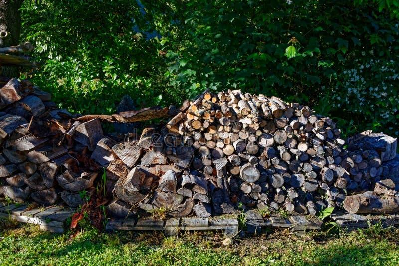 Een stapel van goed verdeelde brandhout stock afbeeldingen