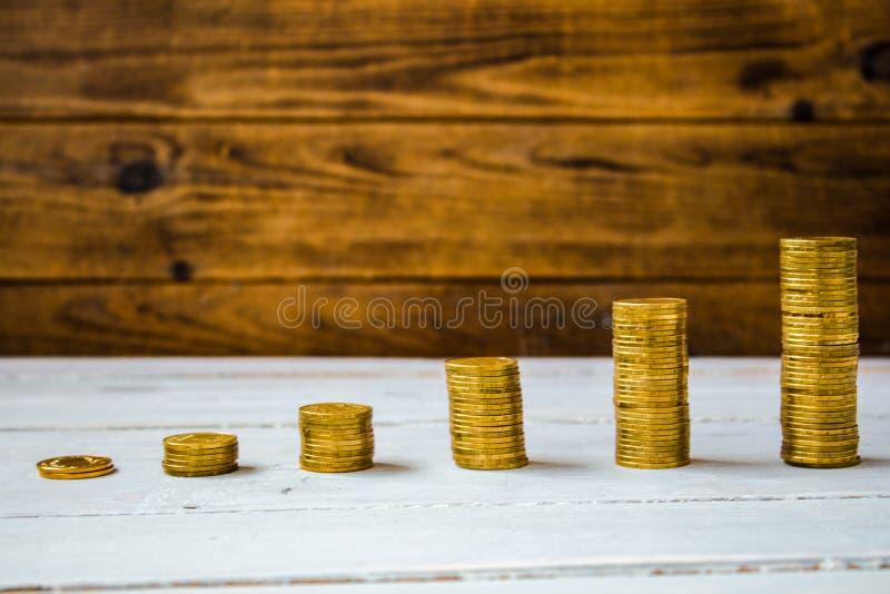 Een stapel van gouden muntstukken stock afbeeldingen