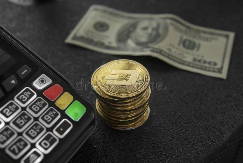 Een stapel van gouden Streepjemuntstukken en POS terminal Bitcoinscryptocurrency Elektronische handel, zaken, financiënconcept, b royalty-vrije stock afbeeldingen