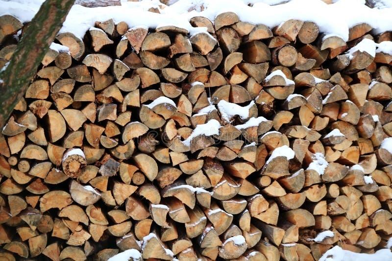 Een stapel van houten logboeken royalty-vrije stock afbeeldingen
