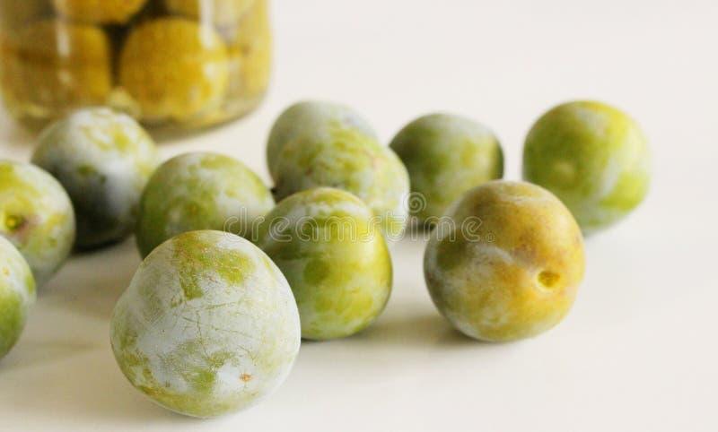 Een stapel van reine-claude op een witte achtergrond Heerlijk fruit Vage achtergrond Voedsel en gezond concept stock fotografie