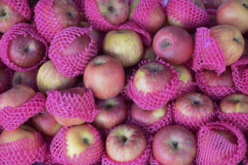 Een stapel van rode appelen in de markt stock afbeeldingen