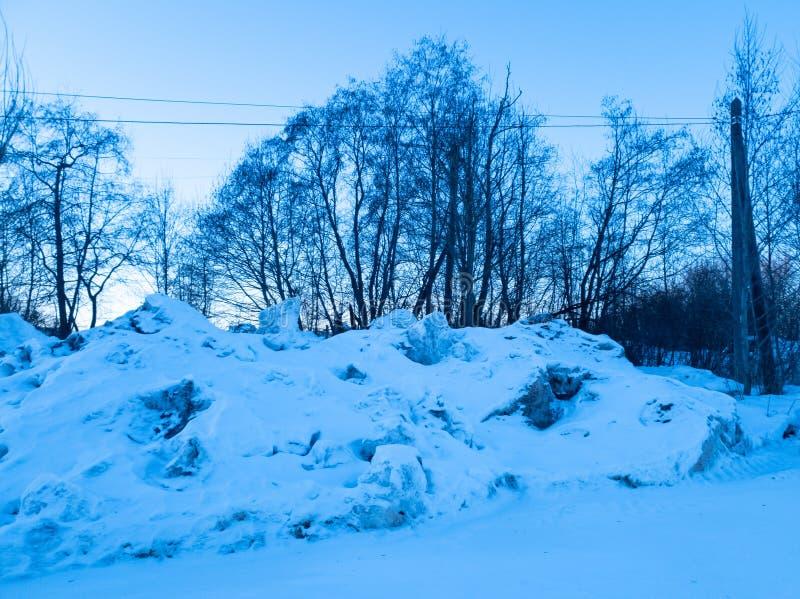 een stapel van sneeuw Een stapel van vuile sneeuw Verzamelde sneeuw royalty-vrije stock foto's