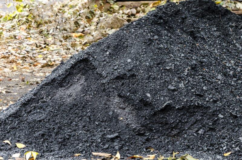 Een stapel van zwarte steenkool stock afbeelding
