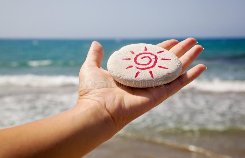 Een steen met het beeld van de zon stock afbeeldingen