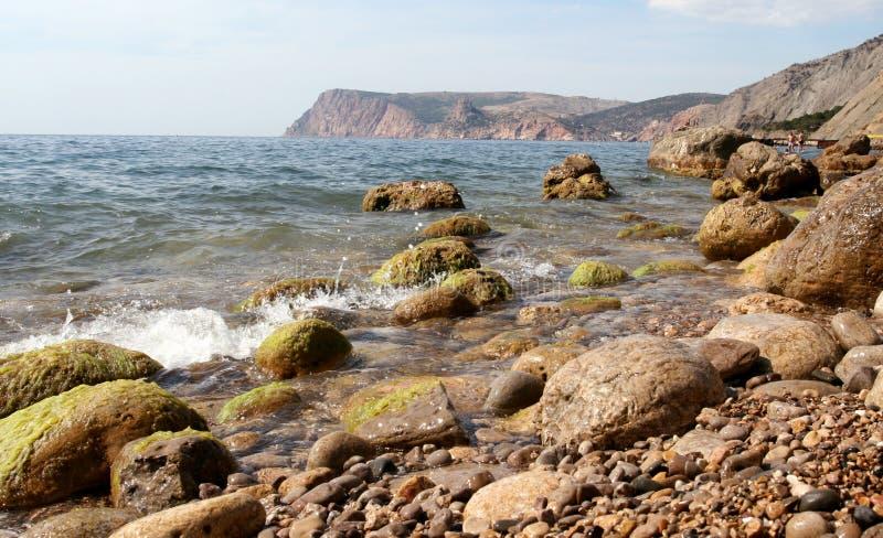 Een steenachtig strand royalty-vrije stock afbeelding