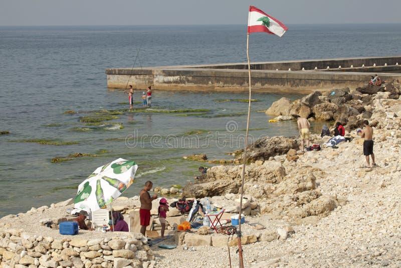 Een steenachtig strand, Libanon stock afbeelding