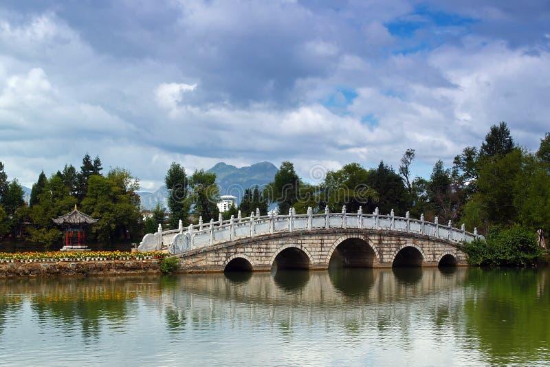 Een steenbrug in Lijing stock fotografie