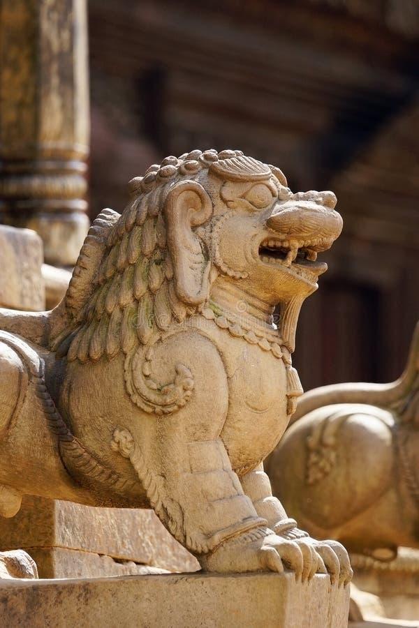 Een steengravure van een leeuw bij het vierkant van Bhaktapur Durbar stock fotografie