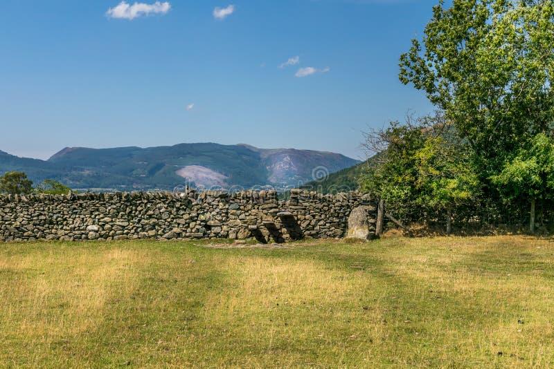 Een steenmuur met stappen in het worden gebouwd die royalty-vrije stock fotografie