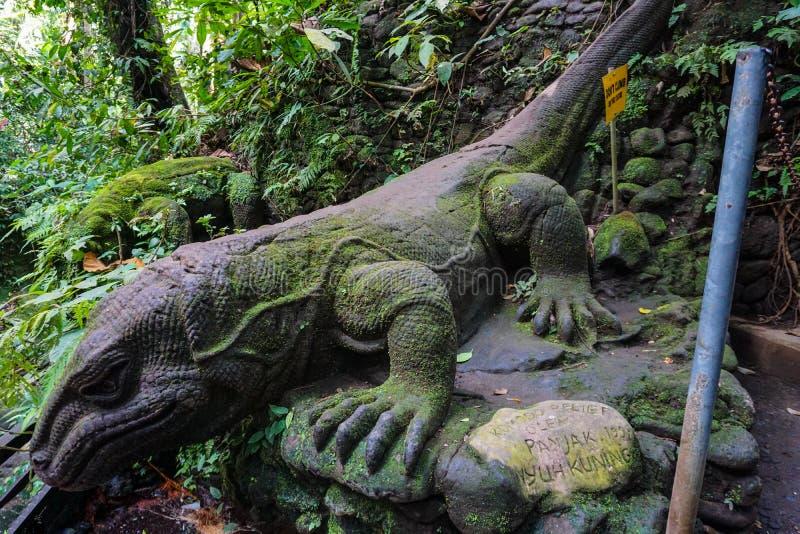 Een steenstandbeeld van de Komodo-monitor, Ubud, Bali, Indonesië royalty-vrije stock foto's