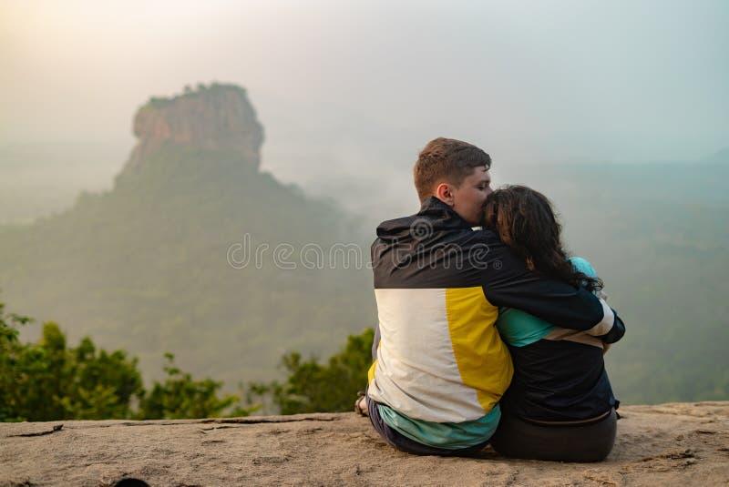 Een stel verliefd op een rots bewondert de mooie meningen Een paar liefdesreizen Paar in Sri Lanka Honeymoon in Azië royalty-vrije stock fotografie