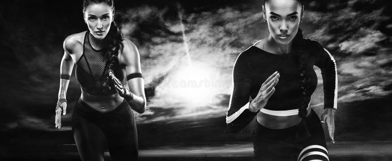 Een sterke atletische, vrouwensprinter, het lopende openlucht dragen in de sportkleding, een fitness en sportmotivatie agent stock fotografie