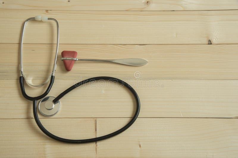 Een stethoscoop en een reflexhamer op houten achtergrond royalty-vrije stock afbeeldingen