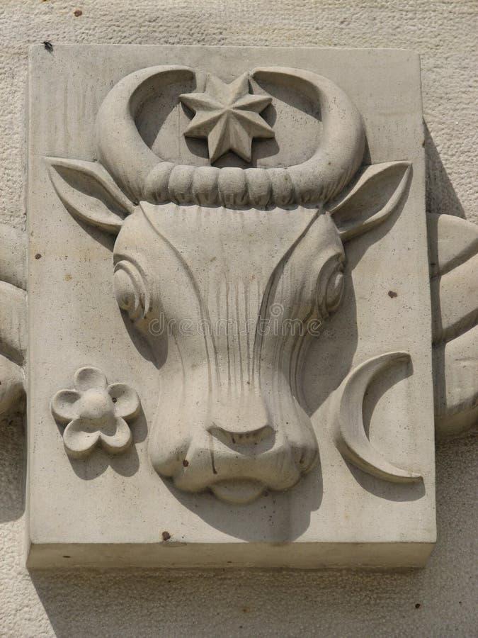 Een stieren` s hoofd op een voorgevel in ChiÈ™inău, Moldavië royalty-vrije stock fotografie