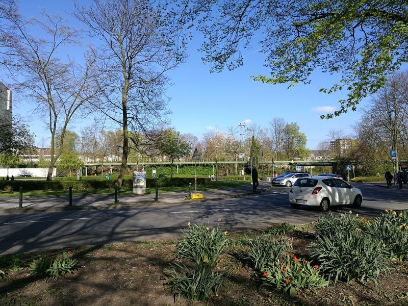 Een stil park naast het hout royalty-vrije stock afbeeldingen