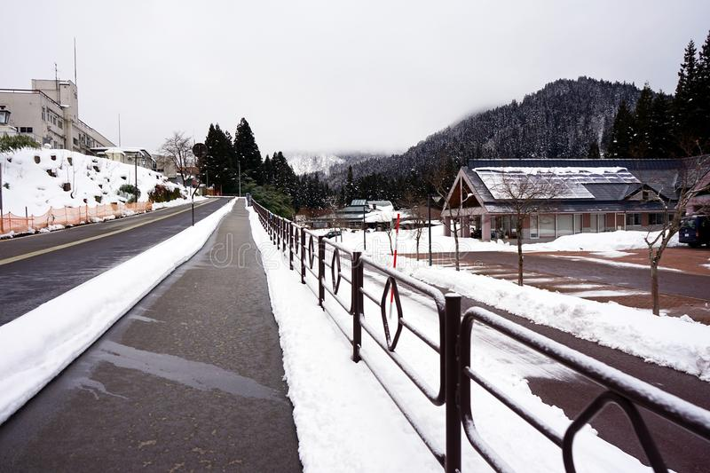 Een stille dorpsdekking in sneeuw stock afbeeldingen