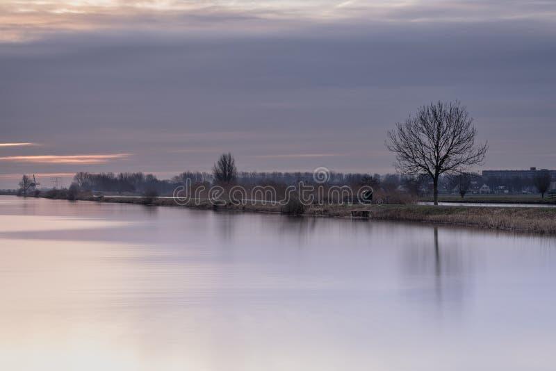 Een stille ochtend op de wateren van Kinderdijk, Alblasserdam, Nederland royalty-vrije stock fotografie