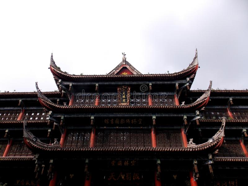 Een stille tempel in het midden van een bezige stad royalty-vrije stock afbeeldingen