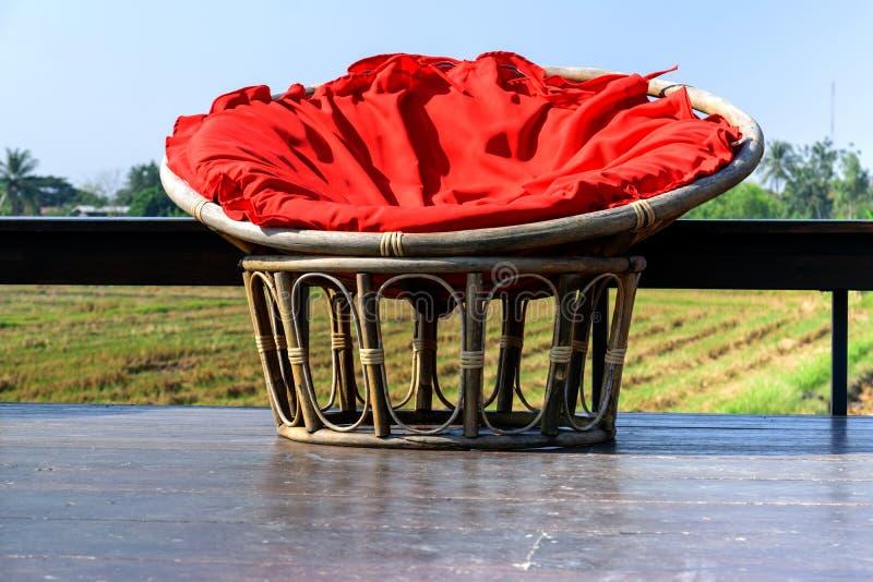 Een stoel van rotan wordt gemaakt die stock fotografie