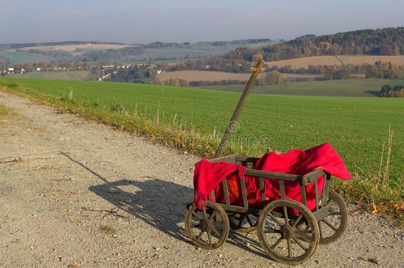 Een stootkar met een rode deken stock afbeeldingen