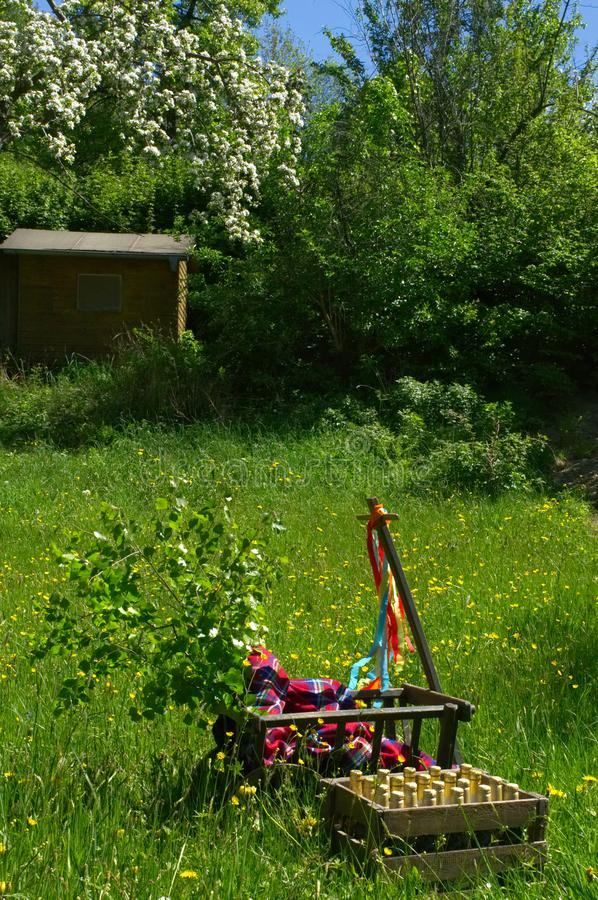 Een stootkar op een groene weide in de lente op vadersdag stock foto