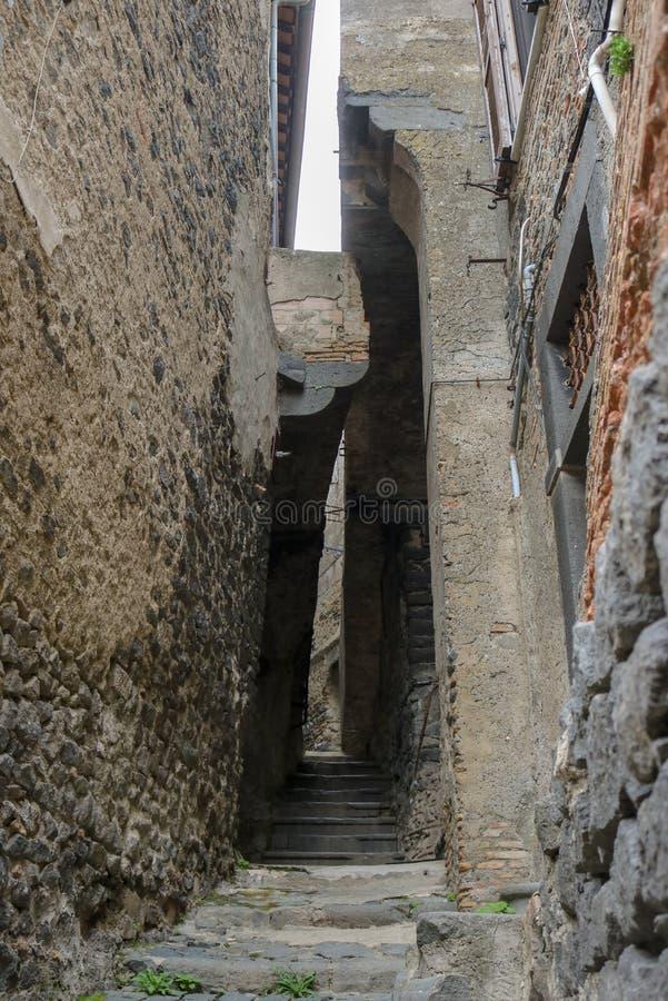 Een straat in de stad van Bracciano, Italië royalty-vrije stock foto's