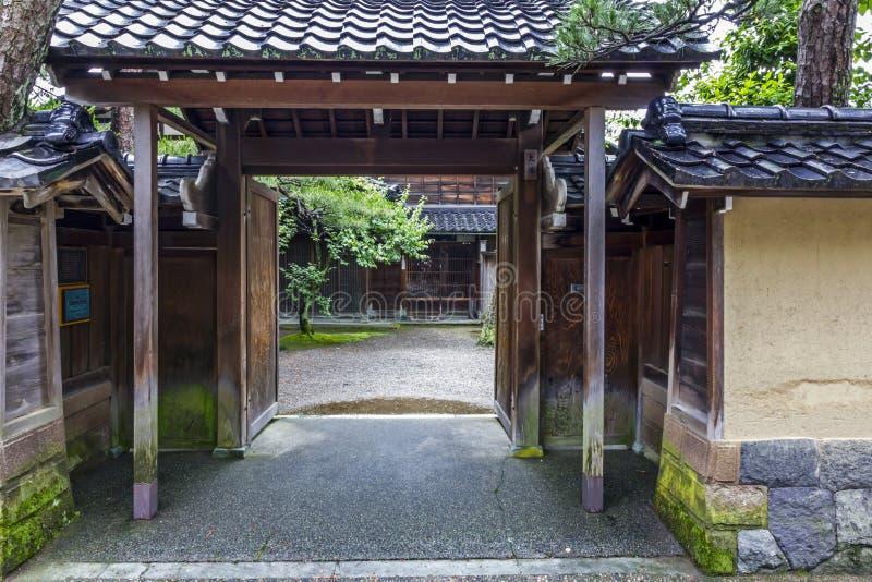 Een straat en een binnenplaats in het oude samoeraienkwart in Kanazawa, J stock afbeelding