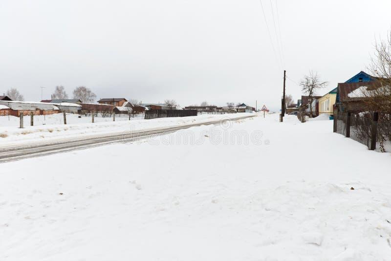 Een straat in het dorp van Atnashevo, Kanashsky-District, op een de winterdag royalty-vrije stock afbeeldingen