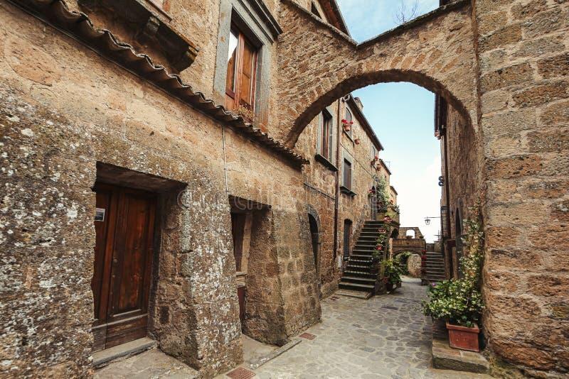 Een straat in een kleine Italiaanse stad royalty-vrije stock afbeelding