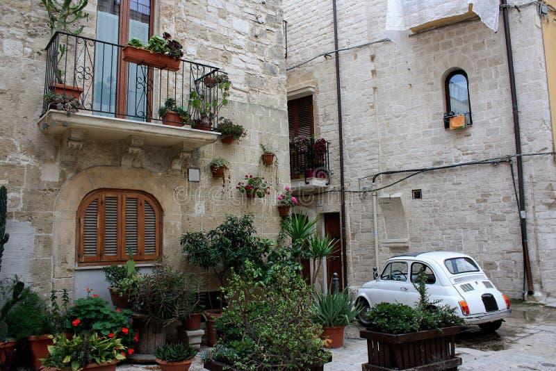 Een straat met bloemen in een oud deel van Bari, Italië wordt verfraaid dat royalty-vrije stock afbeelding