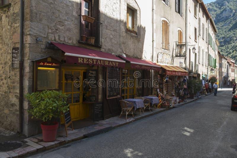 Een straat met straatkoffie en kleine toeristische winkels, Collioure, Frankrijk royalty-vrije stock fotografie