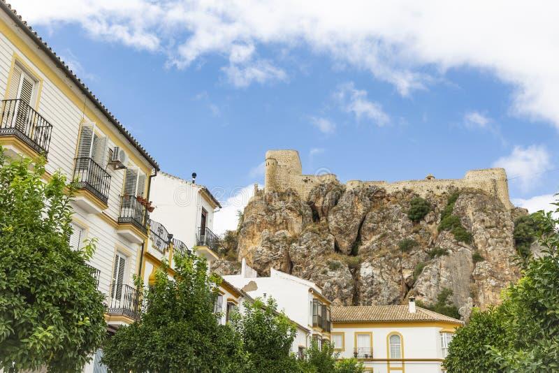 Een straat in Olvera stad en het Arabische kasteel royalty-vrije stock afbeeldingen