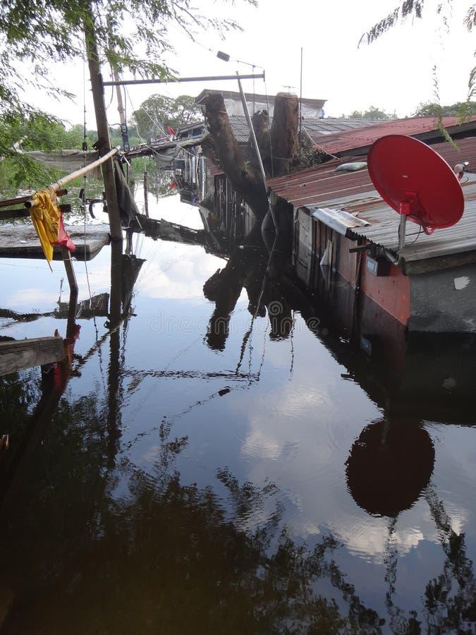 Een straat is overstroomd dichtbij Pathum Thani, Thailand, in Oktober 2011 royalty-vrije stock foto