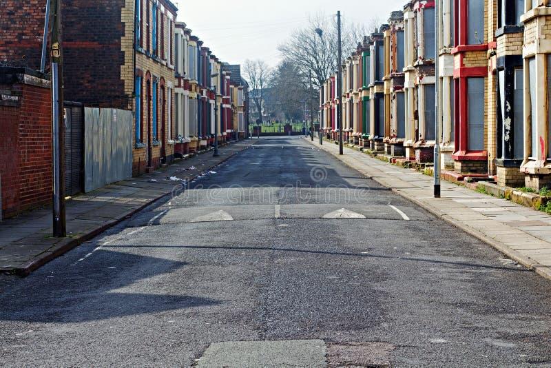 Een straat van ingescheept op verlaten huizen stock afbeelding