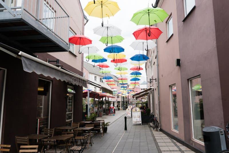Een straat in Vejle met het hangen van paraplu's royalty-vrije stock foto's