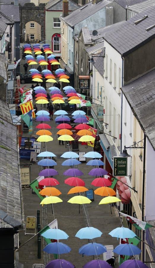 Een Straathoogtepunt van Brollies, Caernarfon, Wales, Groot-Brittannië, het UK stock afbeeldingen