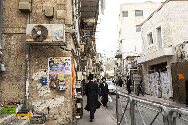 Een straatscène in Ultra-Orthodox district van Jeruzalem, Israël royalty-vrije stock afbeelding