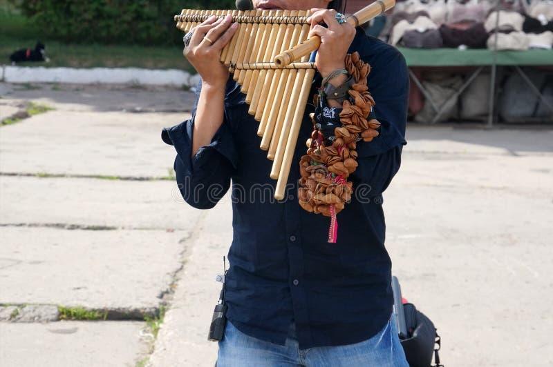 Een straatuitvoerder van Peru die Latijns-Amerikaanse muziek op traditionele instrumenten op de straat uitvoeren stock foto