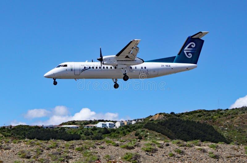 Een Streepje 8 van Air New Zealand De Havilland Canada komt binnen om bij de luchthaven van Wellington, Nieuw Zeeland te landen royalty-vrije stock afbeelding