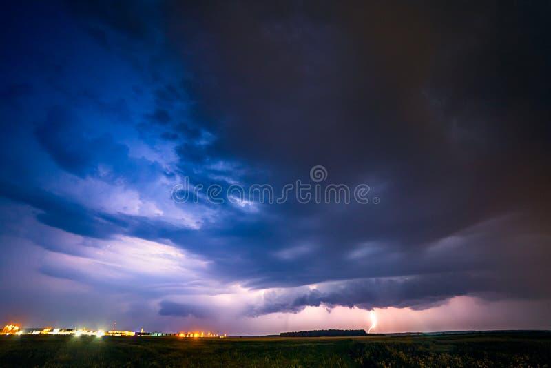 Een strenge onweersbui wordt verlicht door een bliksembout bij nacht in Litouwen stock foto's
