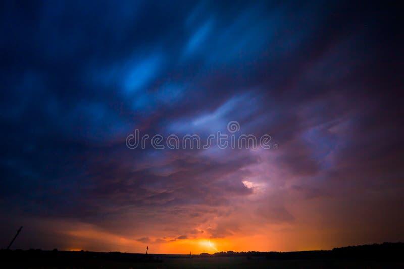 Een strenge onweersbui wordt verlicht door een bliksembout bij nacht in Litouwen royalty-vrije stock fotografie