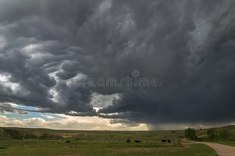 Een strenge onweersbuibewegingen over de hoge vlaktes van oostelijk Wyoming, de Verenigde Staten van Amerika royalty-vrije stock afbeelding