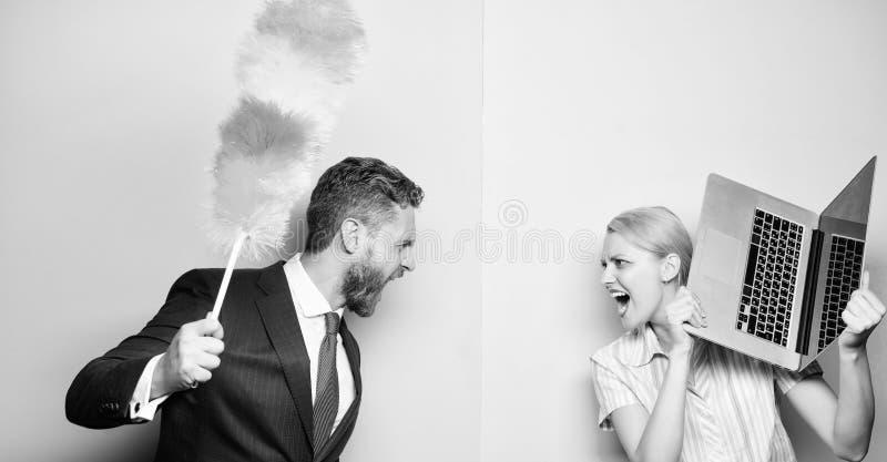 Een strijd tussen leden van huishouden Paar van de gebaarde mens en sexy vrouw Zakenman en huisvrouw Familiepaar royalty-vrije stock fotografie